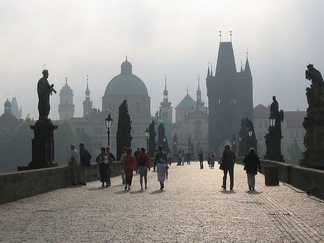 Статуите на Карлов мост над река Вълтава в Прага