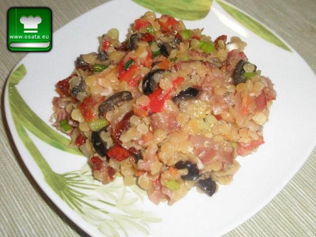 Рецепта за Салата от червена леща със сушени домати, маслини и прошуто