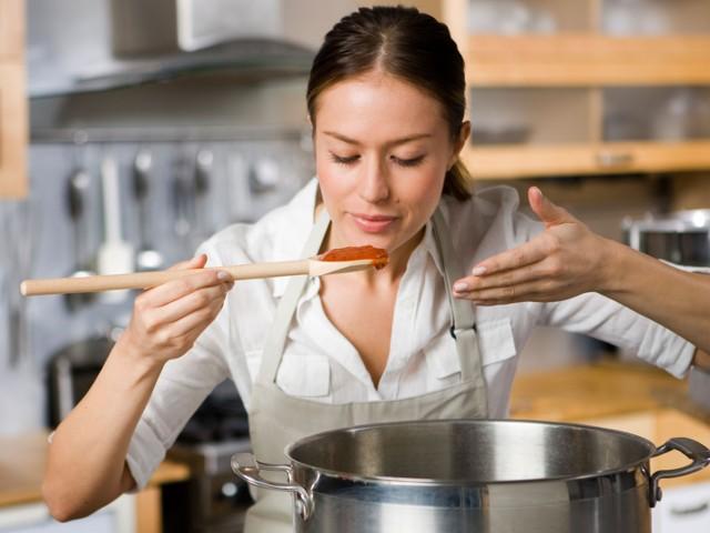 Шеф готвач приготвя доматен сос за спагети
