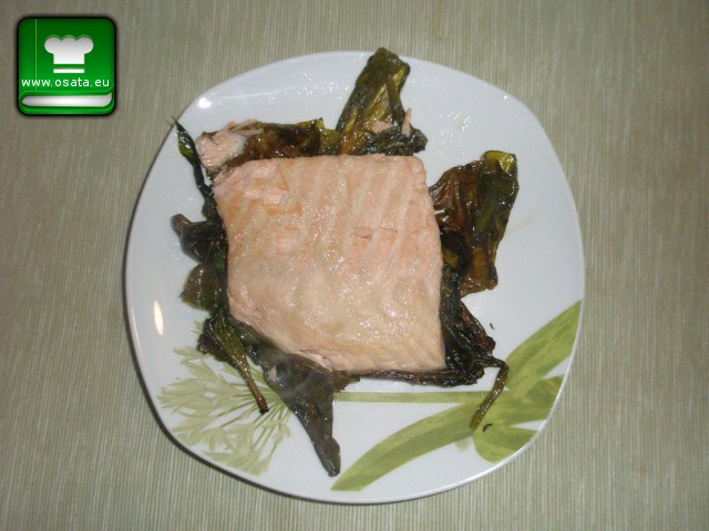 Рецепта за сьомга запечена в листа от левурда (див чесън)