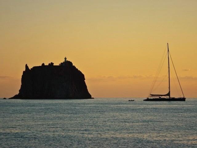 Недостъпната дестинация - Самотният фар на остров Стромболичио