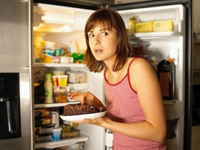 Яденето вечер преди лягане пречи да отслабнем