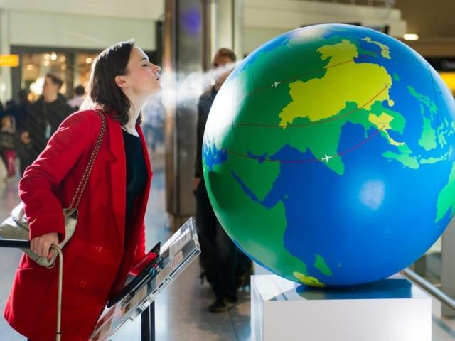 Глобус на летище Хийтроу, Лондон изпуска миризми на различни държави