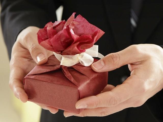 Какво означава подарък от мъж за жена