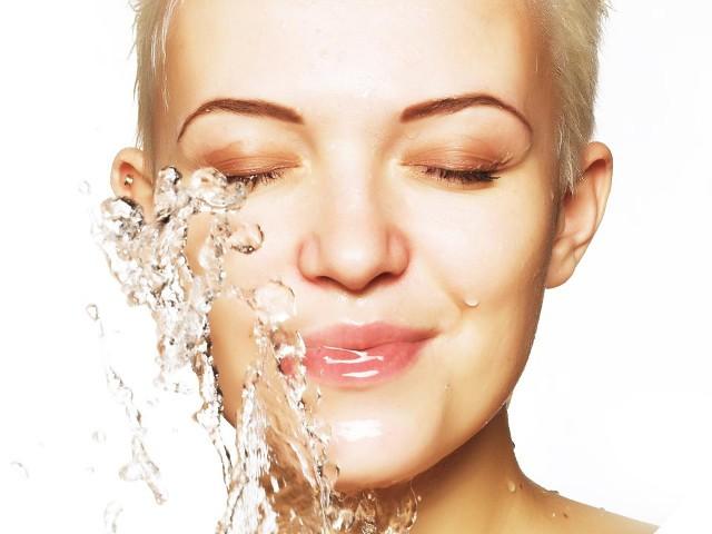 Хидратация на лицето против суха кожа и бръчки